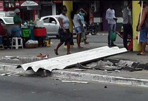 Ventania arranca parte de telhado do Terminal de coletivos em Alagoinhas.