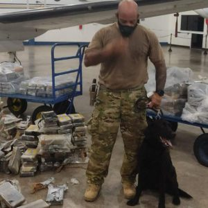 Meia tonelada de cocaína é encontrada em avião no Aeroporto Internacional de Salvador