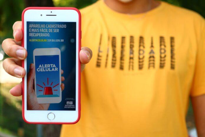 Polícia Militar recupera celular roubado após consulta pelo alerta celular; entenda