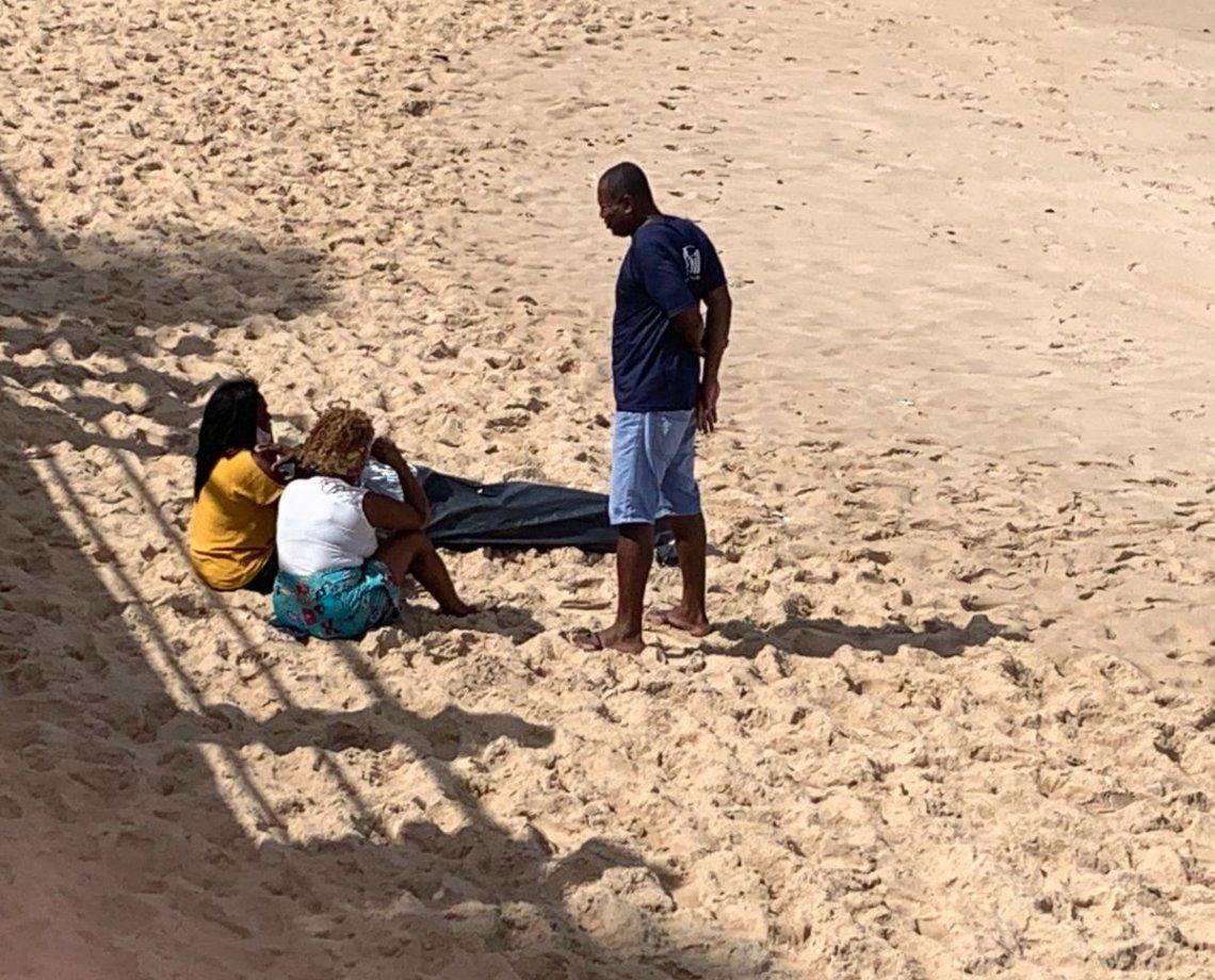 """Família vê, ao vivo, corpo de estudante boiando na Praia de Amaralina e mãe se desespera: """"por qual motivo, meu filho?"""""""
