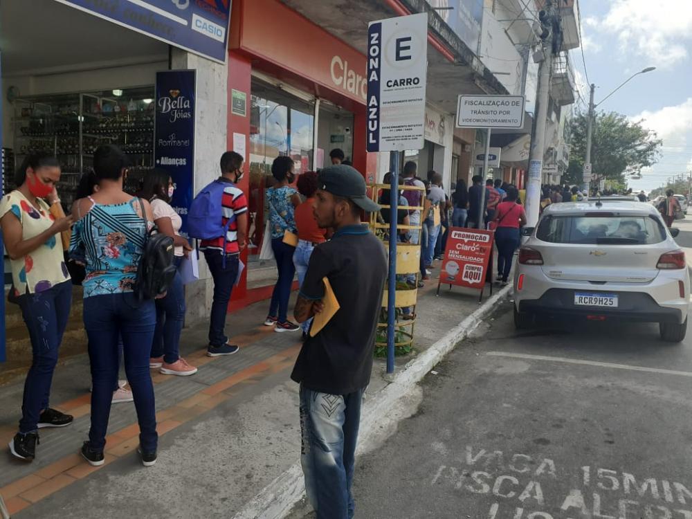 Vagas de emprego levam centenas de pessoas ao centro de Alagoinhas