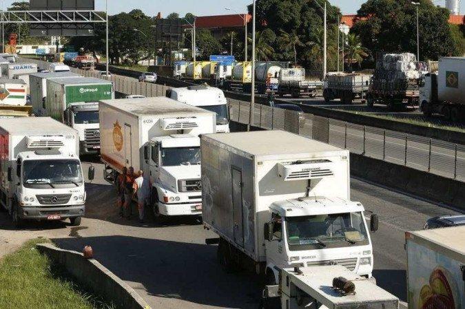 Bolsonaro grava áudio para caminhoneiros liberarem estradas