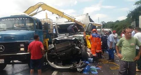 Acidente entre caminhões e carro deixa feridos na BR-324 e congestionamento de mais de 10 km