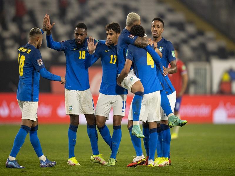 Brasil supera ausência de convocados, vence o Chile e mantém os 100% nas Eliminatórias
