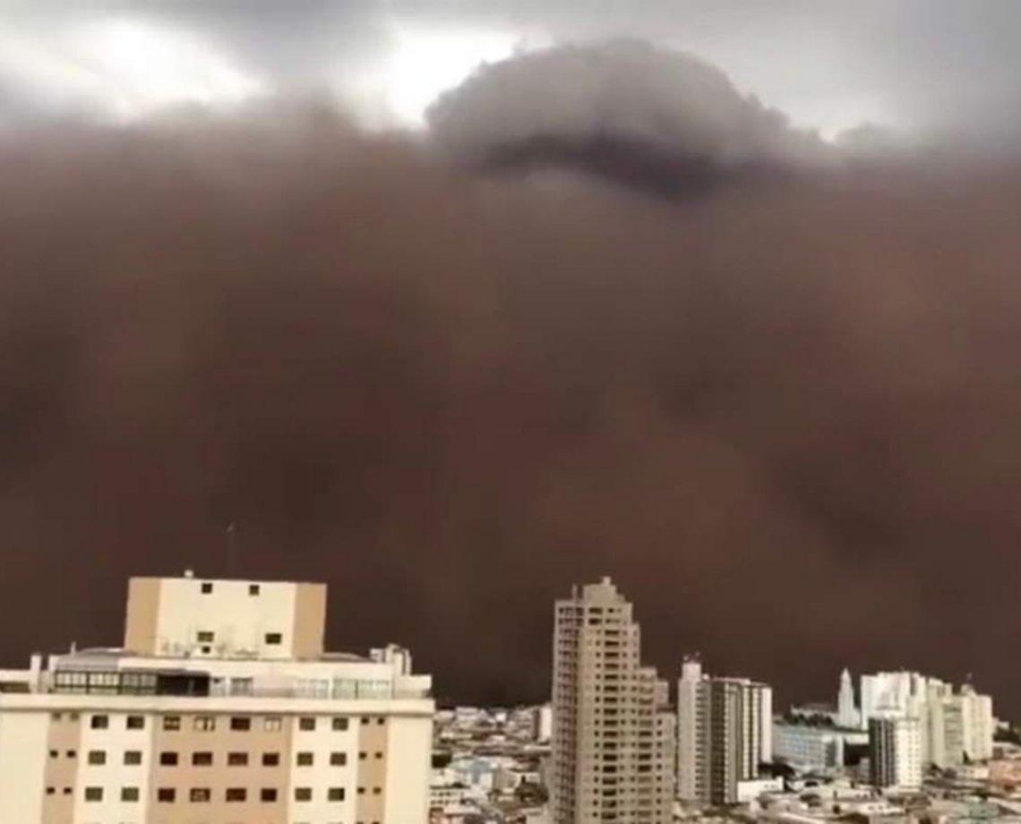 Fenômeno lança tempestade de areia sobre cidade do interior de São Paulo; veja vídeos impressionantes