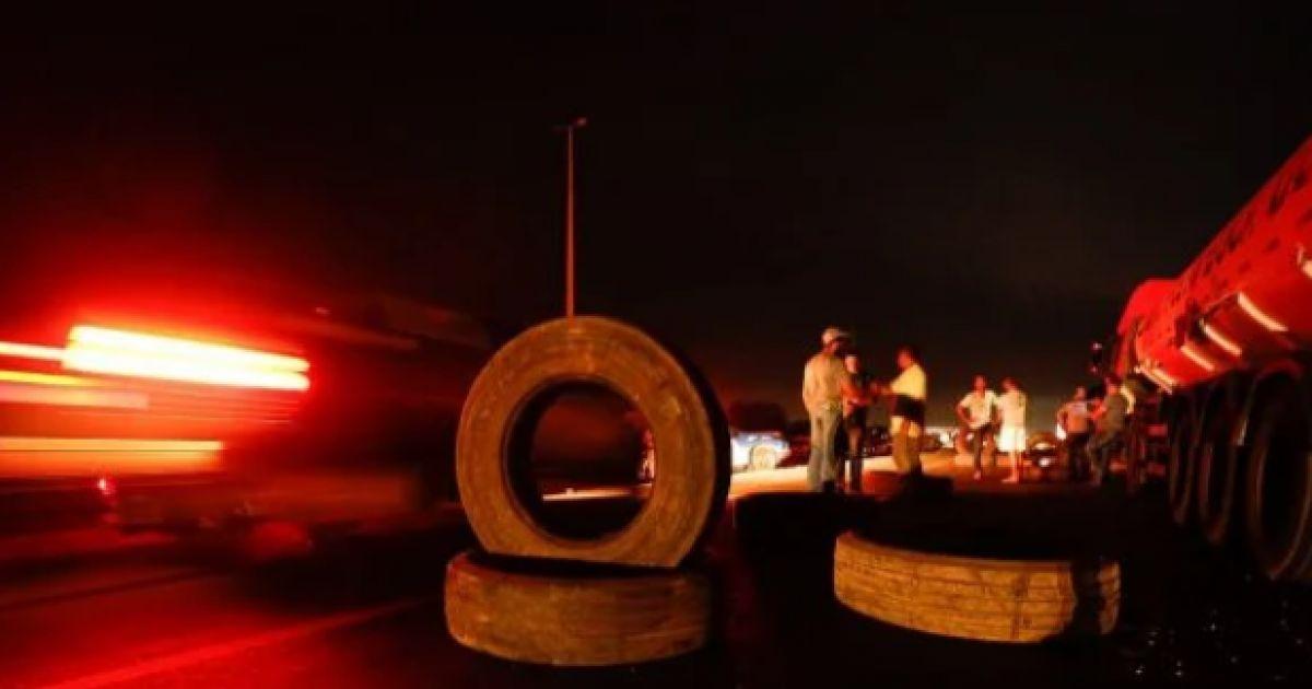 Contra preço do combustível, caminhoneiros bloqueiam rodovia em Feira de Santana; veja