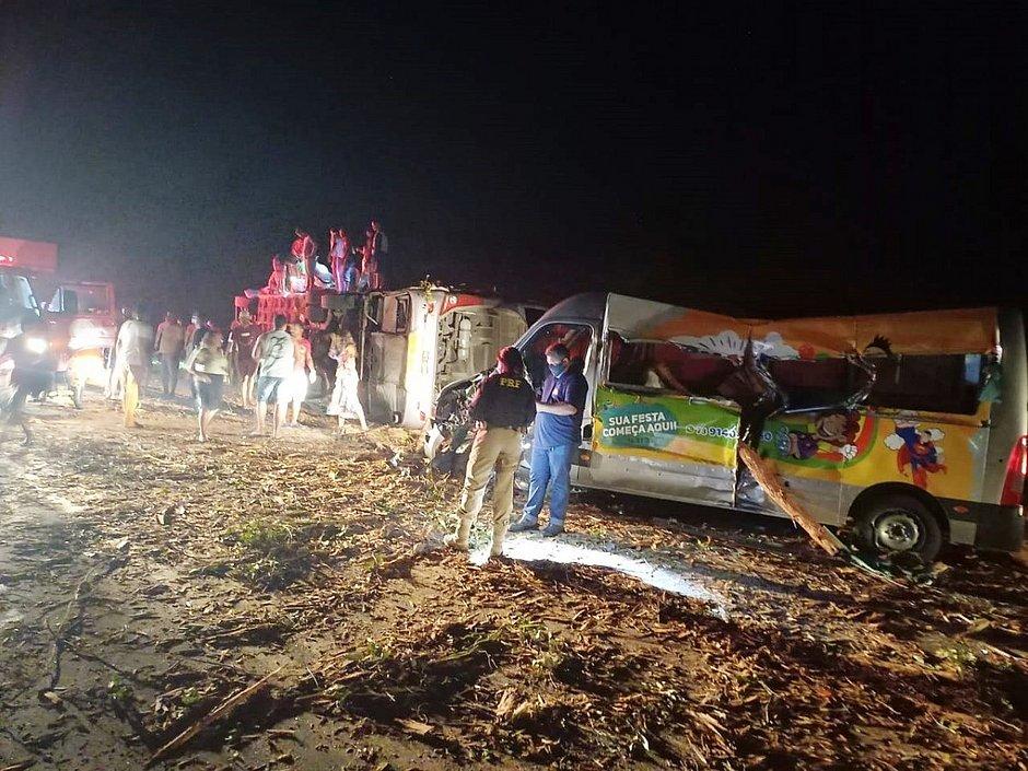 Acidente na BR-101 entre van ônibus e caminhão deixa mortos e feridos