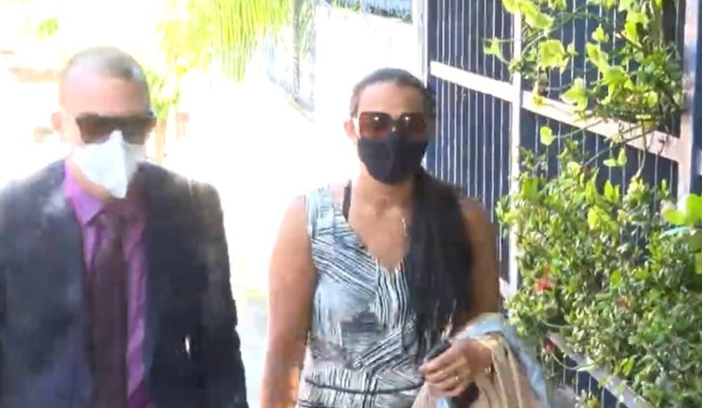 Patroa suspeita de agredir e manter babá em cárcere privado em Salvador deixa apartamento sob vaias e escoltada pela polícia