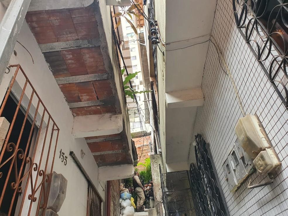 Homens invadem casa e fazem moradora refém no bairro de Brotas, em Salvador