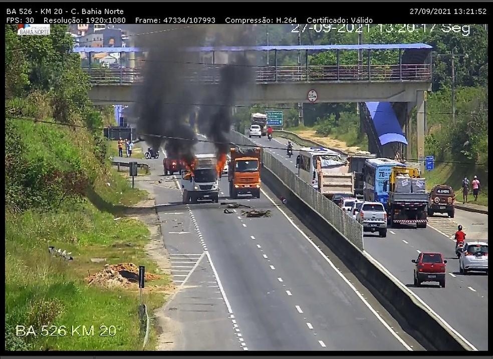 Caminhão é incendiado na BR-526, no bairro Jardim das Margaridas, em Salvador