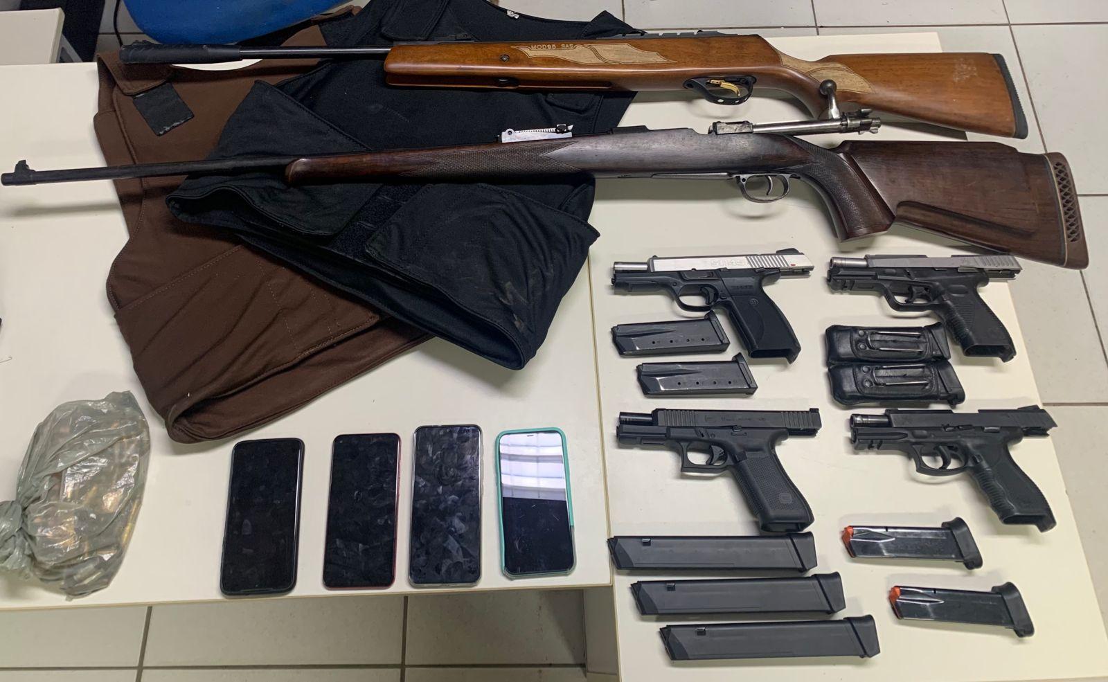 Armas de fogo e coletes balísticos são apreendidos em Feira de Santana com suspeitos de homicídio.