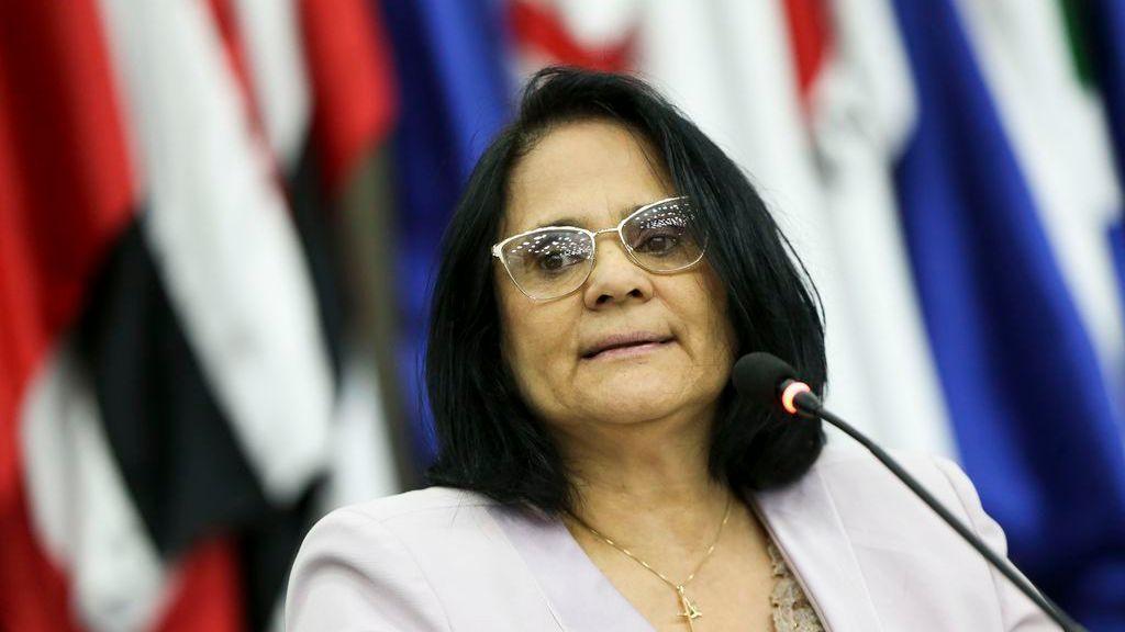 Damares Alves defende veto de Bolsonaro e dispara: 'A prioridade é vacina ou absorvente?'