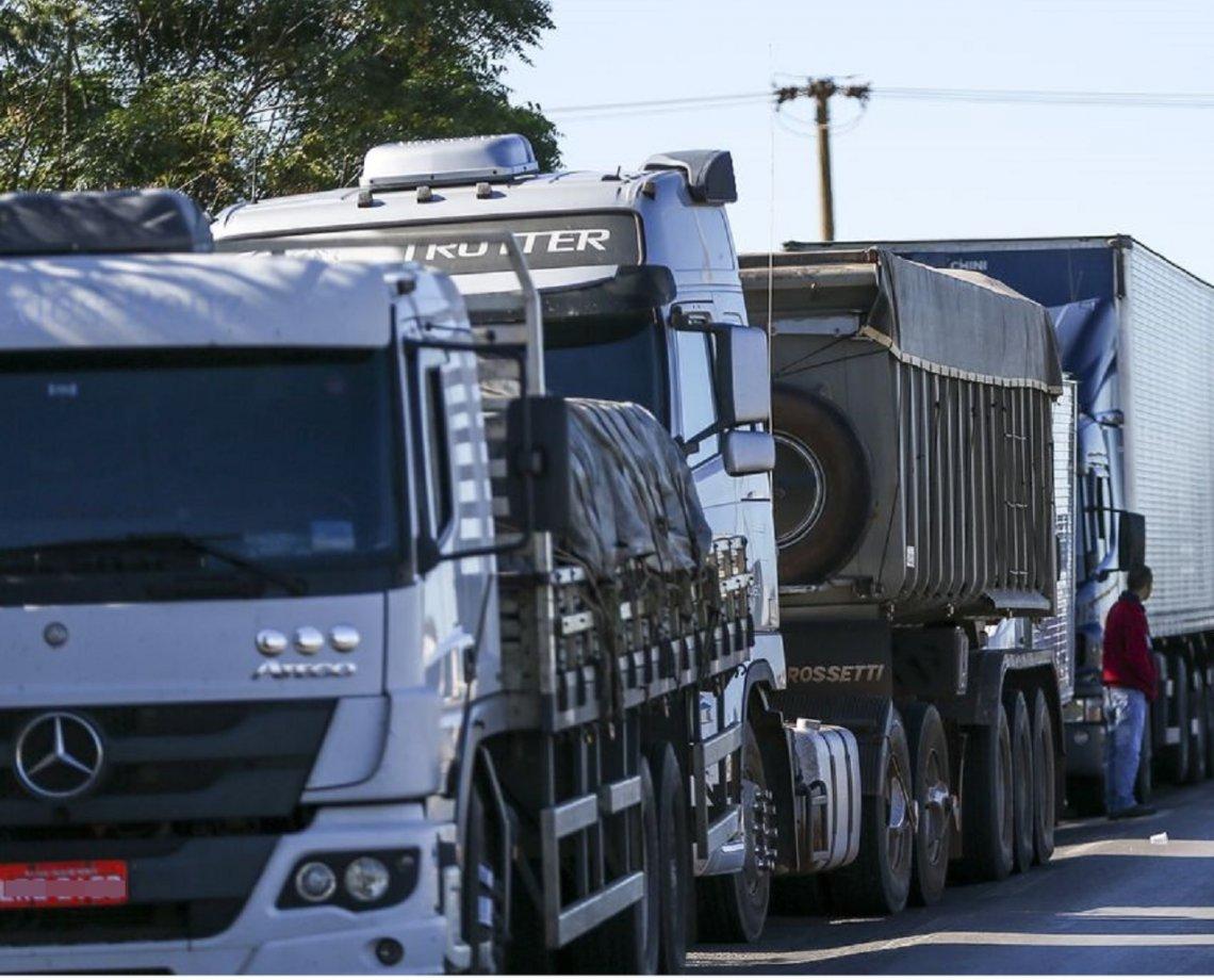 Presidente anuncia apoio para 750 mil caminhoneiros comprarem diesel; último reajuste entrou em vigor no dia 1º de outubro