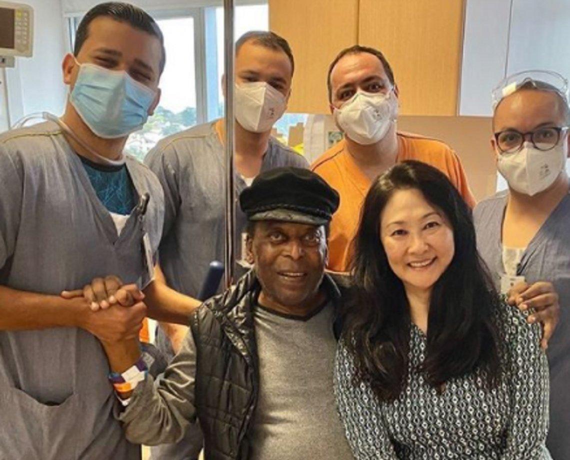 Pelé recebe alta e deixa hospital em São Paulo após um mês de internação; ex-jogador faz 81 anos no próximo dia 23