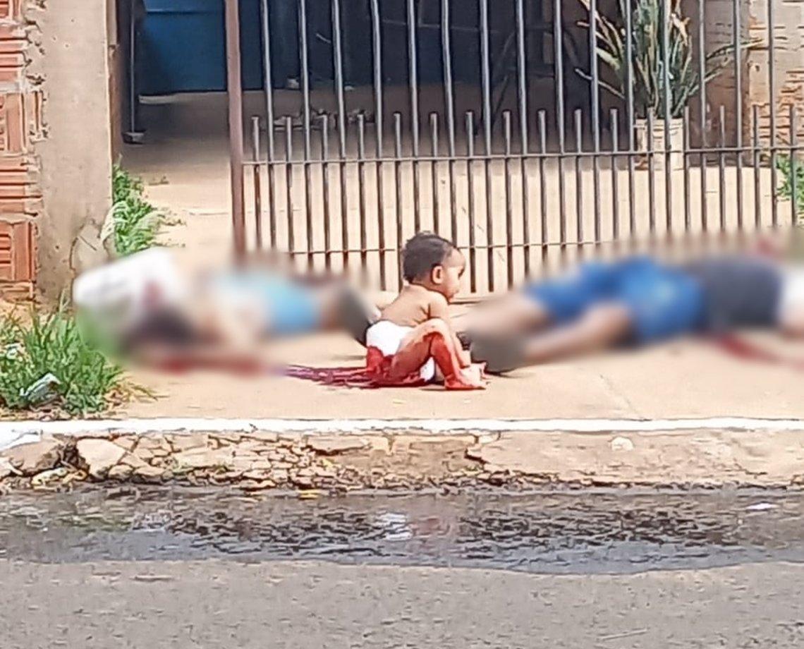 Imagem forte: casal é executado em frente ao filho de dez meses; criança foi deixada com corpos