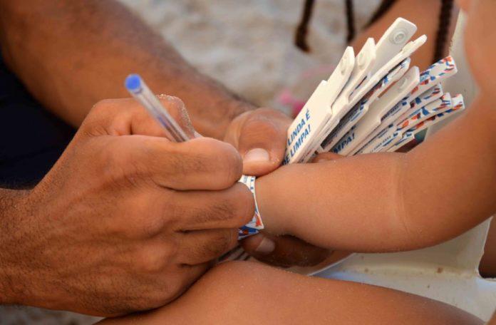 Salvamar distribui pulseiras de identificação para crianças no feriadão