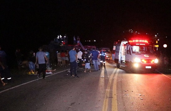 Veja quem são as vítimas de acidente entre ônibus, van e caminhão que transportava eucalipto na BR-101