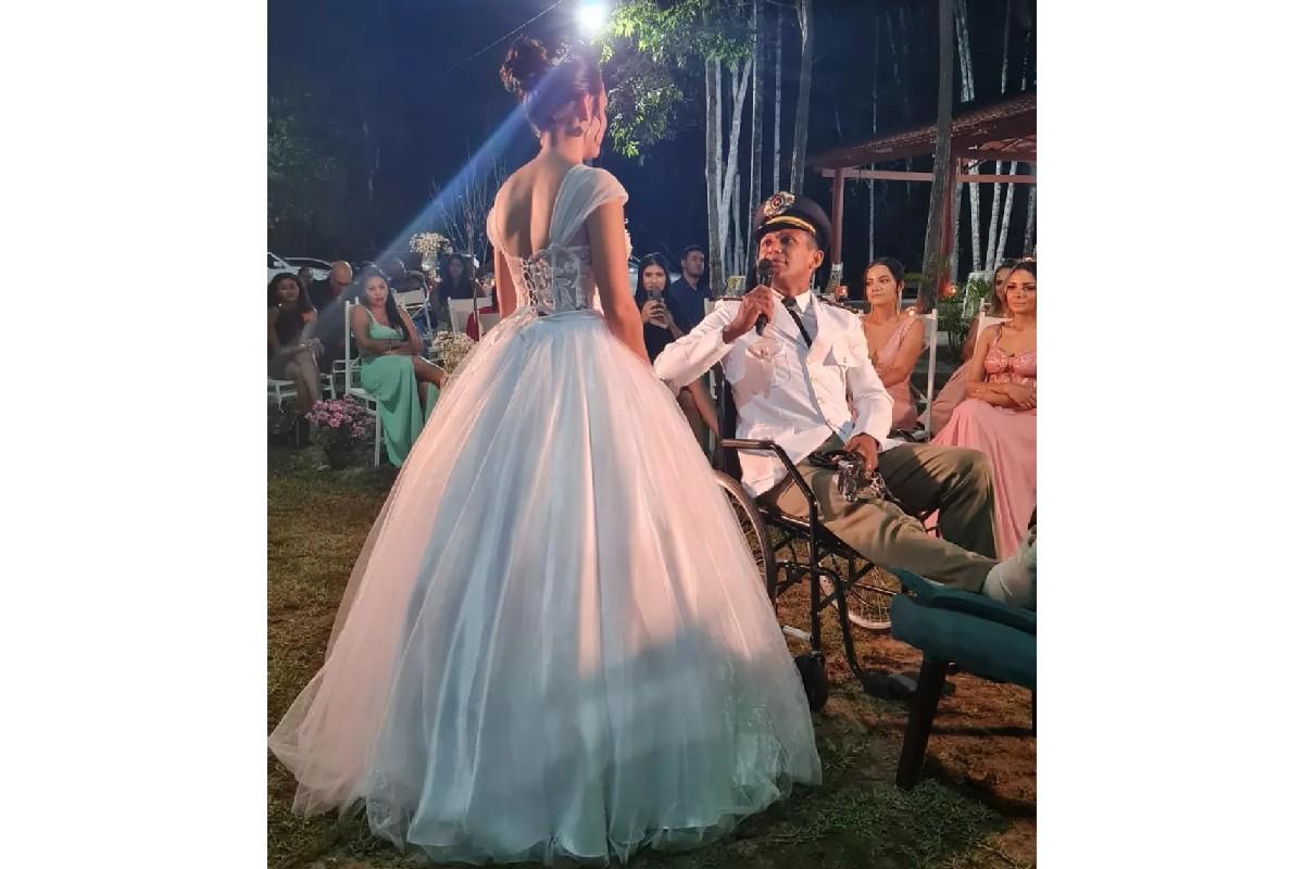 Noivo atropelado no dia do casamento vai para a cerimônia de cadeira de rodas com família; vídeo