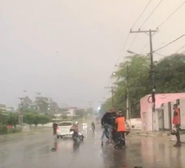 Vídeo: Dois homens entram em vias de fato no meio da rua quando chovia em Alagoinhas