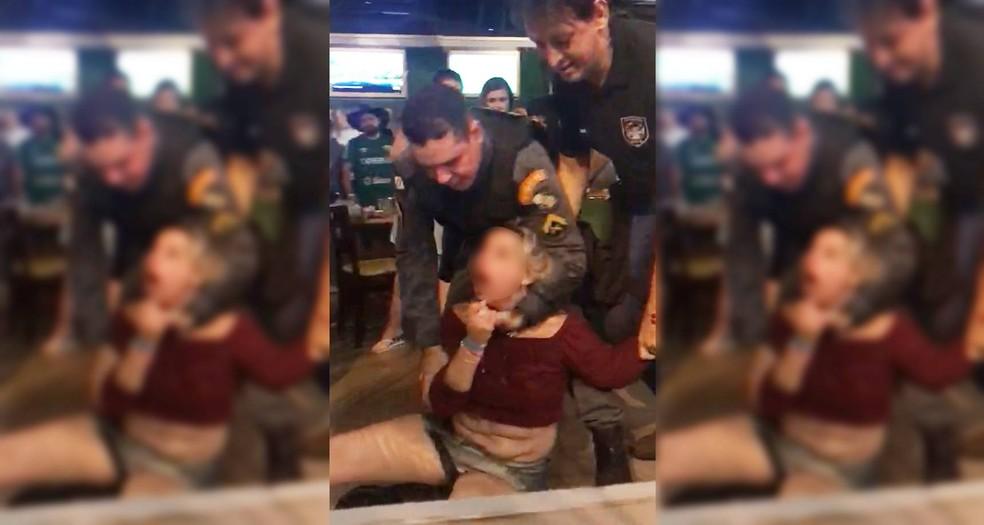 Cliente joga cerveja em policial e é presa por desacato em Cuiabá; veja o vídeo