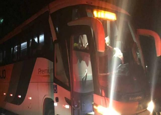 Durante assalto a ônibus interestadual na BR-101 em Alagoinhas, passageiros são obrigados a ficar apenas de cueca